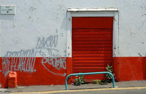 Porte rouge, mur blanc